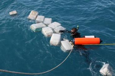 Il n'est pas rare que des paquets de cocaïne flottent librement dans la mer des Caraïbes. Mais ils ne sont pas perdus, les courants marins vont les ramener sur la plage où ils seront récupérés par des complices © U.S. Navy