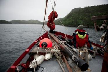 L'équipage d'OCEAN71 à bord de Leenan Head ne s'attendait pas à des températures hivernales à Terre-Neuve en plein mois de juillet 2015 © Philippe Henry / OCEAN71 Magazine