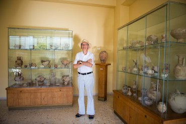 Jom Ottoway in the small archaeological museum of Vathy © Philippe Henry / OCEAN71 Magazine
