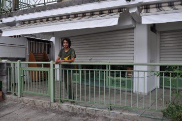 Eric Pinault devant son ancien magasin de surf à Étang-Salé. Les stores sont baissés depuis longtemps déjà © Andy Guinand / OCEAN71 Magazine