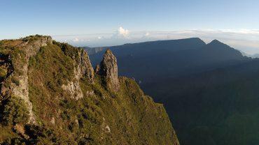 Le soleil se lève sur le Maïdo, l'une des vues les plus spectaculaires de l'île de la Réunion. Les pentes escarpées permettent à l'érosion de tailler de profondes gorges appelées ravines © Andy Guinand / OCEAN71 Magazine