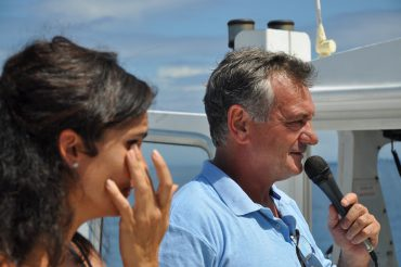 Depuis le bateau Le Grand Bleu, Patrick Flores inaugure les nouveaux filets anti-requins de Boucan Canot. C'est un moment historique et émouvant © Andy Guinand / OCEAN71 Magazine