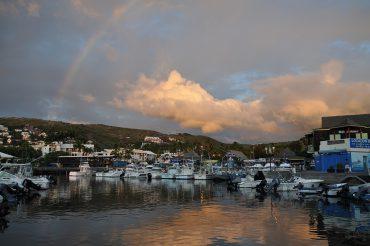 Le soleil se couche sur le port de Saint-Gilles, en plein Zoreil-Land. C'est le «Ground Zero» pour les attaques de requin à la Réunion. On a longtemps cru que les déchets des pêcheurs pouvaient attirer les prédateurs, et il est aujourd'hui interdit de rejeter les restes de poissons dans le port © Andy Guinand / OCEAN71 Magazine