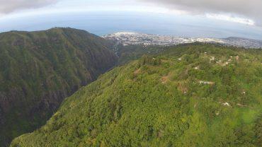 Les pentes escarpées de La Réunion sont couvertes de jungle luxuriante. 40% du territoire est classé à l'UNESCO. Au fond, Saint-Denis, la capitale de l'île © Andy Guinand / OCEAN71 Magazine