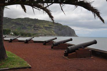 Depuis le Barachois à Saint-Denis, la capitale de la Réunion, les canons sont tournés vers la mer, vestiges d'un passé riche en histoires de pirates. La légende dit que le fabuleux trésor de La Buse est encore enterré quelque part sur l'île de la Réunion © Andy Guinand / OCEAN71 Magazine