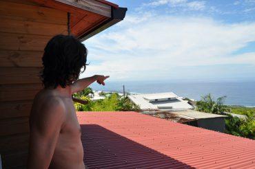 Depuis la terrasse de sa maison, Vincent Zerbone voit plusieurs spots de surfs qui sont tous interdits depuis 2013. C'est une véritable torture quotidienne pour ce surfeur de 40 ans © Andy Guinand / OCEAN71 Magazine