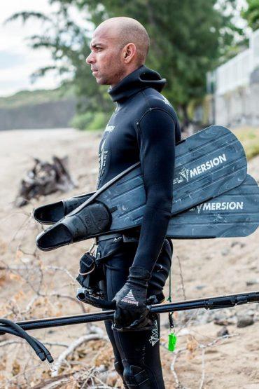 Une des vigies avec son matériel, prêt pour sécuriser un spot de surf de la côte ouest Réunionnaise © Jo Besson / VRR