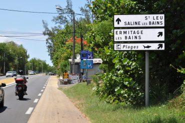 Sur les panneaux routiers autour des plages de Saint-Gilles, des graffitis avertissent du risque requin. Impossible d'y échapper © Andy Guinand / OCEAN71 Magazine